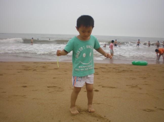 光脚丫在沙滩上最舒服了