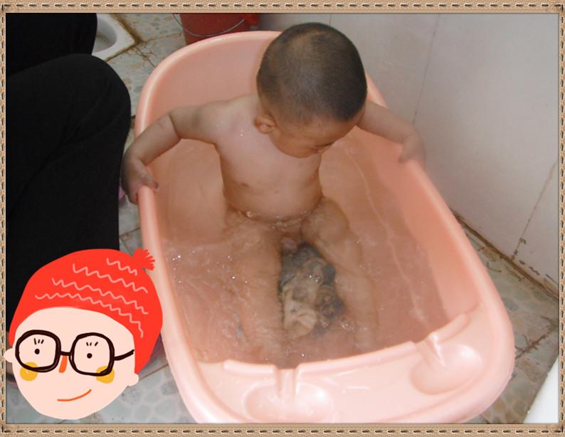 有两个宝宝特害怕的动作便是洗头和洗脸了