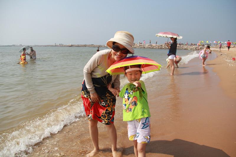 海边玩沙 捡海带