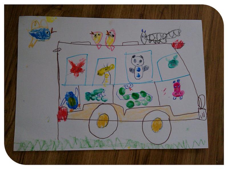 小家伙又想玩手指画了,还自己选定了内容,于是妈妈陪着小家伙又渡过了一个美好的玩手指画时光。这次谦想画的是一辆巴士车,车上还有好多的小动物呢,大家一起去旅行吧!手指画的内容一部分是跟着学的,一部分是小家伙自己想象的,总的感觉还不错,最重要的是孩子在玩手指画的过程中一直都是非常开心的状态,因为喜欢所以玩的时候就会很投入,玩的次数多了就会越来越好有进步的。