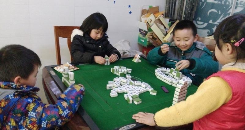 小朋友们都拿起麻将牌开始搭积木了