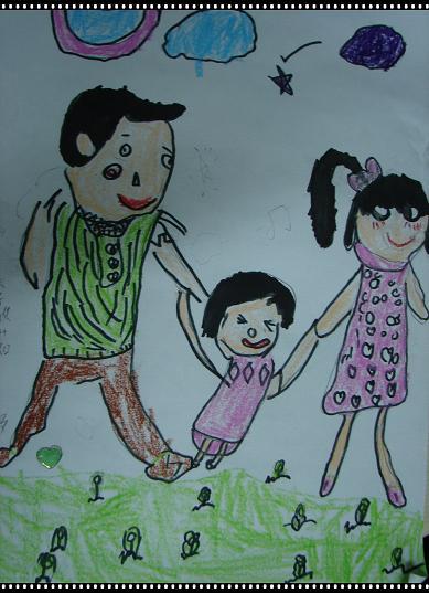 一家人手牵手,很幸福.在孩子们的眼里,只要在一起就是幸福.