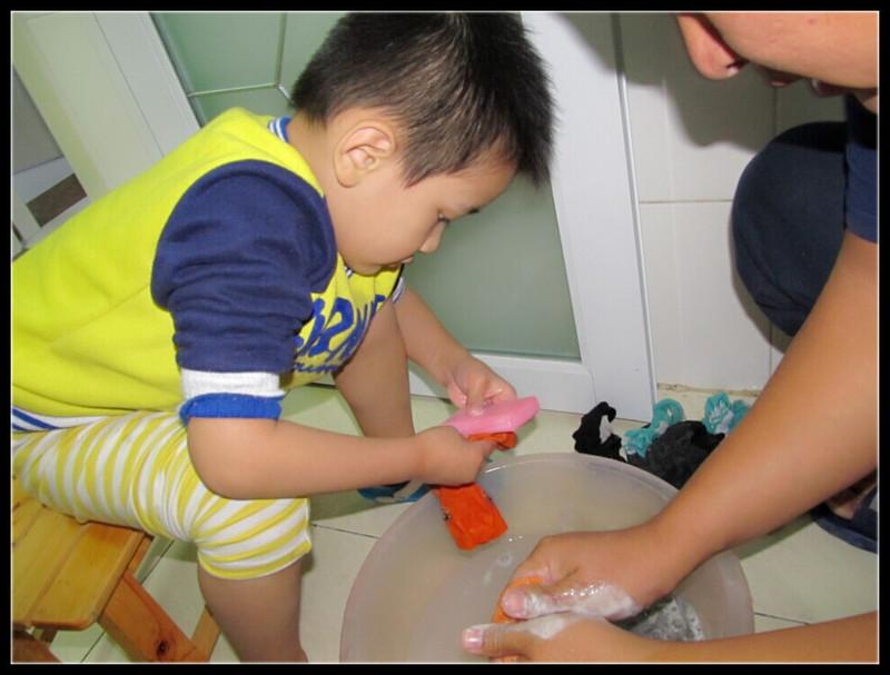 宝贝自己洗袜子,长大了懂事了!