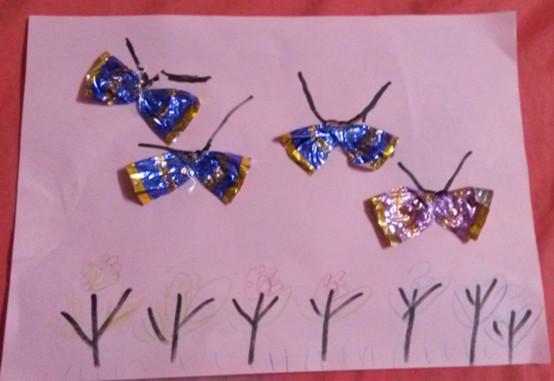 和孩子们一起用糖纸作画,感觉特别开心,虽然他们动手能力还差一点,但我相信慢慢长大就好很棒的。在我们一起努力下,我们的糖纸小蝴蝶飞舞起来了,开心!我们的糖纸作品可爱的糖纸小蝴蝶,好像真的活了。在孩子们的梦中展翅飞翔,它们在花丛中忙着采蜜。孩子们和蝴蝶一起玩耍,这个场景好美啊!等到春暖花开,一定要带孩子们去公园看美丽的蝴蝶,共同拥抱春天。