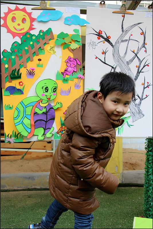 幼儿园里举办了一次美术作品展,是所有的学生和老师一起来画的这一个学期的作品,其中包括了老师平时的手工教学,还有学生上美术课和在上课时绘画的作品都有展示,算得上是一次非常有意义,值得参观的美术作品展。Aric一直非常喜欢画画,在放学后Aric就迫不及待的拉着妈妈进入幼儿园参观作品展,Aric还指着很多的作品说哪些是他们班的画画,哪些是自己的绘画,以及哪些是老师带着小朋友们一起做的,看来宝贝真的很想和妈妈分享呢。 这次的美术作品展真的可谓是包罗万象了,各种材料做成的手工作品都有看到,例如毛线、火柴棒、扣子、