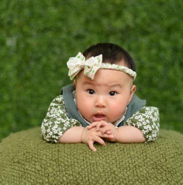 可爱宝宝躺着思考图片