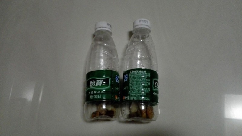 还真找到了不少矿泉水瓶子,拿了8个大小一致的洗干净晾干,然后给每个图片