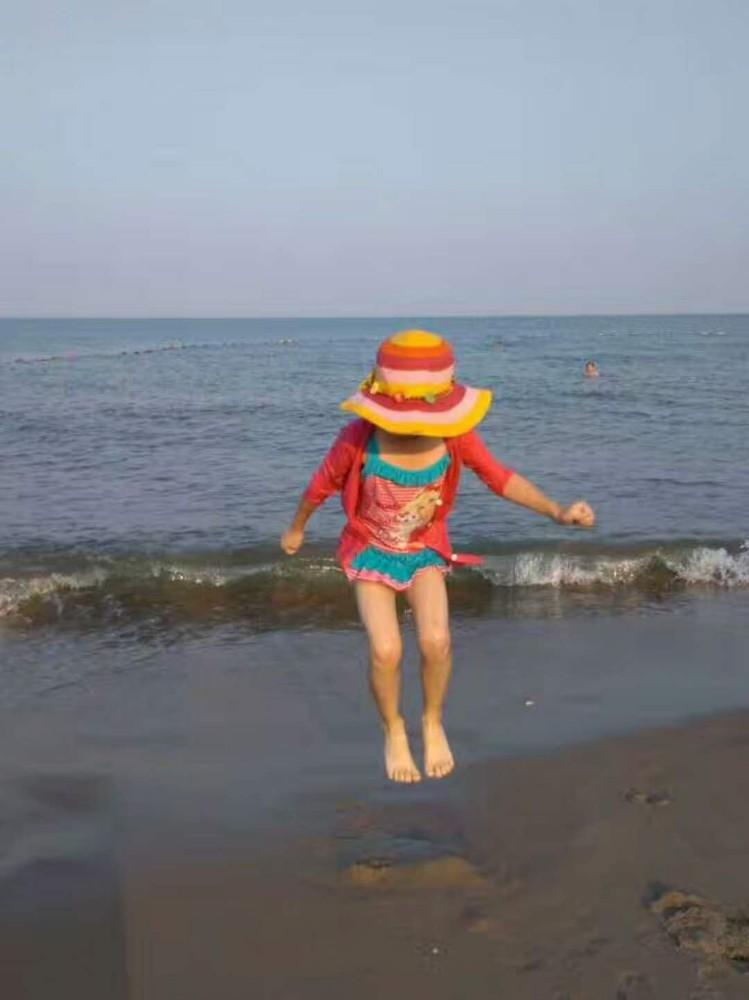 可爱小孩大海背影图片