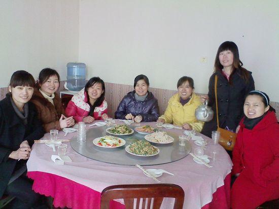 多人聚餐吃饭照片 qn.img.ibabyzone.cn 宽550x412高