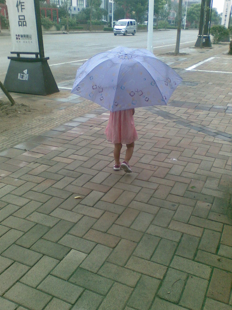 妈妈为宝宝打伞简笔画