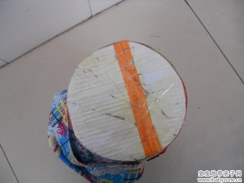 2,按照圆柱体面的大小,用硬纸板剪成一个圆形粘贴在上面做成一个