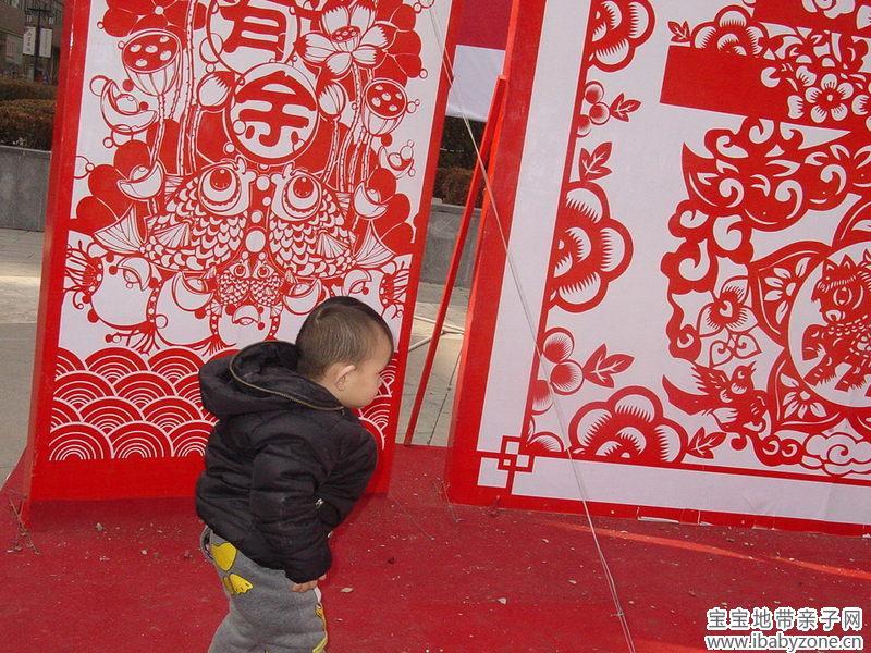 充满年味儿的中国剪纸,让宝贝欣赏逗留了足足有半个小时,都舍不得离开