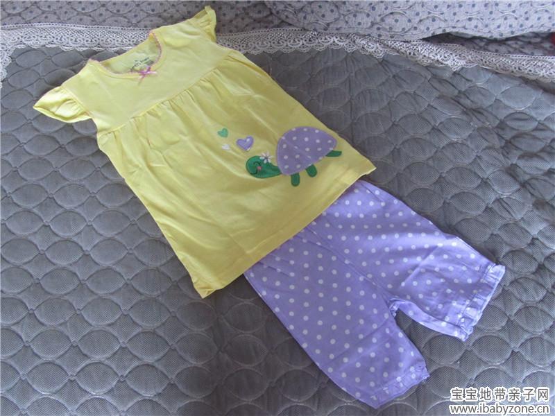 网购的几件宝宝的衣服。这个季节,再热一点,就可以穿了。 武汉今年的天气很有点反常, 都五月中旬了,低温一般都只有10多度, 高温超过30度的天气只有两天 而往年,5月1日都有可能到35度。 扯远了,晒晒我为宝宝添置的衣服吧。 期待温暖的季节。  假两件打底衫。我喜欢这个小蝴蝶,还有不规则的裙摆设计。  还是假两件。粉色是女儿最喜欢的颜色。小兔子也很可爱。宝宝属兔哦。很适合她。  短袖小套装,粉嫩的黄和明朗的紫,鲜艳可爱。  这是暖色系的一套小衣服,小格子很漂亮。  草莓套装。小女孩就是要穿地鲜艳一点哦。