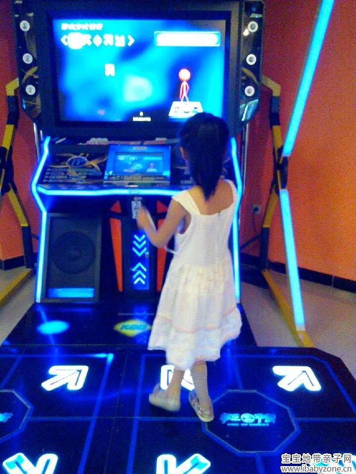 跳舞机很多动作都很容易,一学就会,宝宝就跟着屏幕里面的箭头自己踩,跳,宝贝的节奏感还是比较强的。感觉在这里跳舞超级拉风啊,宝宝在那里玩了好一会,可开心了,后来有人来跳,我们就在边上看人家跳,呵呵,人家可能也是第一次来,还不会选歌什么的,宝宝就在边上告诉那个大姐姐说要这样操作,好像一个小师傅,让人家怪不好意思的。后来大姐姐也不好意思跳,跟不上节奏了,动感歌曲才放一半就没有热情玩了。