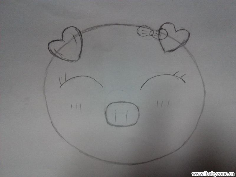 说画就画,我先在白纸上用铅笔把小猪轮廓画出来,先画一个大圈圈,然后
