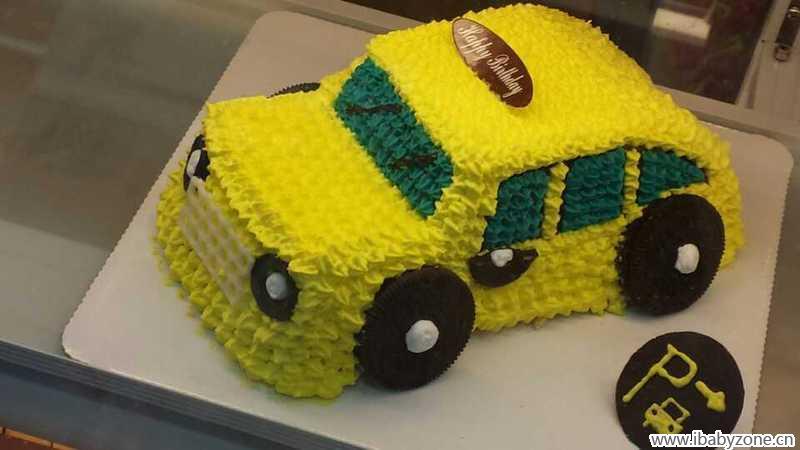 这个男孩子的蛋糕就是一辆小汽车啊,这个小汽车我们小石头也是超级喜欢的,当时我们去选择这个生日蛋糕的时候,小石头就是直接喊我就是要一辆小汽车,可惜没有宝剑之类的,不然这个小石头肯定要选择的就是这个宝剑了,好吧,最后还是选择了这个小汽车,这个小汽车还是很好看的,