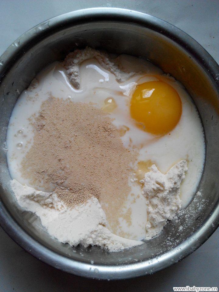 面粉,酵母,鸡蛋,牛奶等一起混合搅拌,和面   酵母一茶匙,ps: