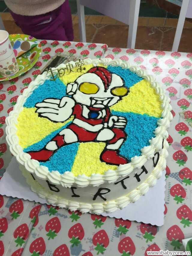 这个蛋糕真的是超级漂亮的啊,我都是在是不能不在这里秀一下,一看到这个我就是觉得超级有爱的啊,我觉得这个如果死男孩子的话肯定是超级喜欢的,我觉得我们家小时特有是肯定是会很喜欢吃的,我们家小石头也是经常会看这个奥特曼的,但是我们当时就是忘记了这个,早知道也给小石头选择这个了。