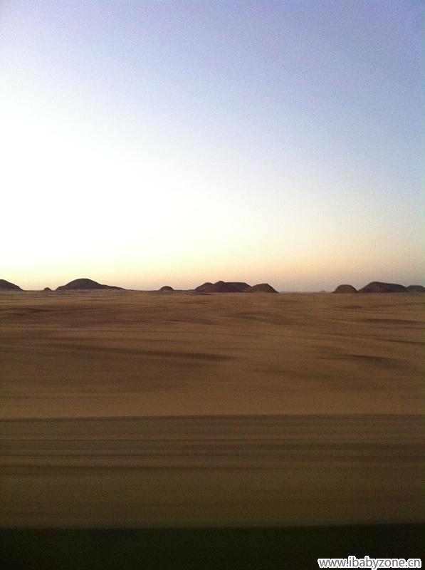 撒哈拉沙漠里的日出与海市蜃楼图片