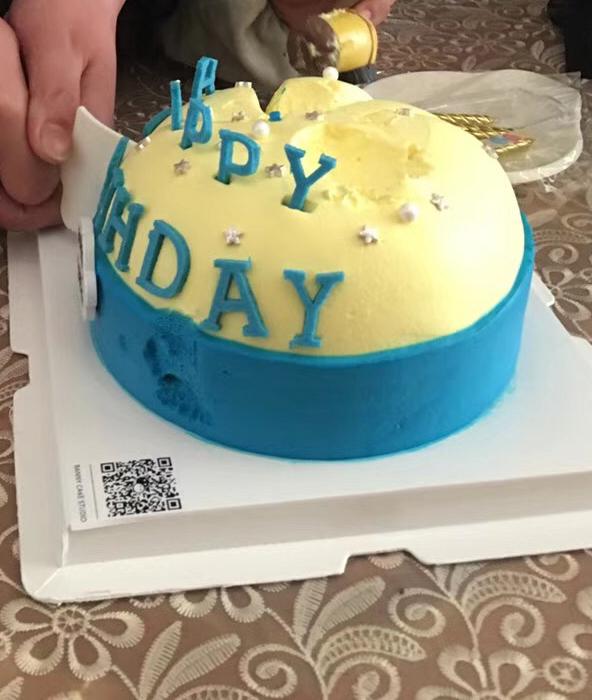 大家看到这一款蛋糕的时候,是不是首先想到的就是一位小男生,说的很对呢,这是我好朋友的儿子,今年已经上大班了,而且也是一个特别可爱的小朋友哦,因为在蛋糕的上面会有他的名字,担心不太好,所以就把名字去掉了,小黄人我家孩子也是挺喜欢的呀,而且还看到好多关于小黄人的动画片,说真的现在的动画片可是挺好看的呀,上面的小黄是不可以吃的哦,只是能够玩的呢,也就相当于买蛋糕还送了小玩具,如果这上面的小黄人也可以吃的话,那应该就更加不的错了。小黄人有单眼和双眼之分,虽然之前我也是不太知道的。