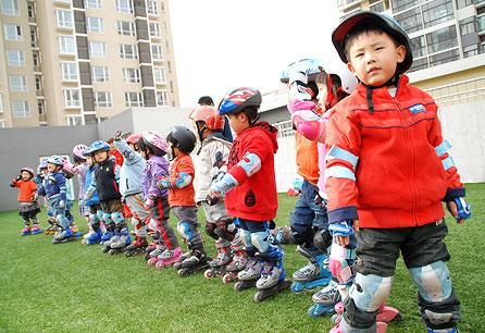 首页 母婴服务 幼儿园 红黄蓝幼儿园 - 大兴  图片 > 幼儿园户外活动