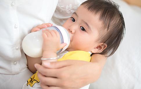 新生兒吐奶怎么辦