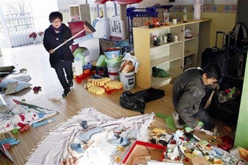 幼儿园临时负责人刘老师在整理杂物,准备搬离