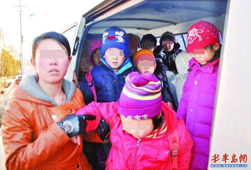 幼儿园校车超载 挤哭孩子