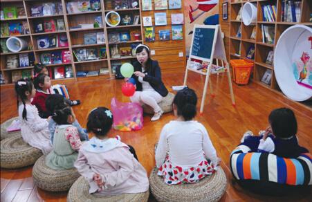孩子们在参加武汉海豚儿童书店国际儿童