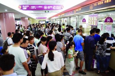 南京儿童医院排队挂号的人就从